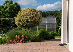 Une terrasse en pavé reconstitués, Calvados, réalisation Paysages Conseil